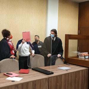 Kölner Landgericht: Der Angeklagte mit seinen Verteidigern im Vergewaltigungsprozess vor Gericht.