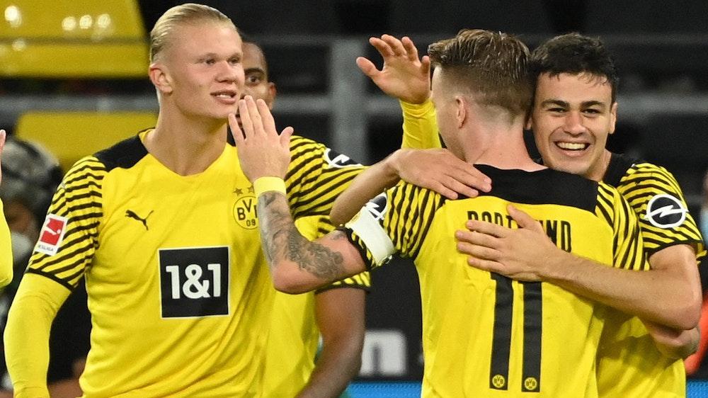 Erling Haaland, Marco Reus und Giovanni Reyna bejubeln ein Tor von Borussia Dortmund in der Bundesliga.