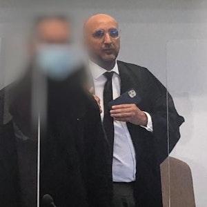 Ein Kölner steht wegen Mordes vor Gericht, neben ihm sein Anwalt.