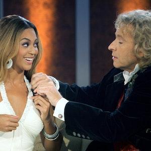"Moderator Thomas Gottschalk (r) steckt in der ZDF-Show «Wetten, dass...?» US-Sängerin Beyonce ein Mikrofon an. Beyoncé feiert am 04.09.2021 ihren 40. Geburtstag. (zu dpa-Porträt ""Königin Bey» auf dem Pop-Thron: US-Sängerin Beyoncé wird 40"") +++ dpa-Bildfunk +++"