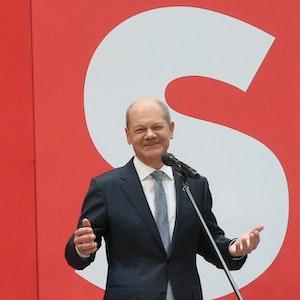 Am Tag nach der Bundestagswahl steht SPD-Kanzlerkandidat Olaf Scholz auf der Bühne im Willy Brandt Haus.