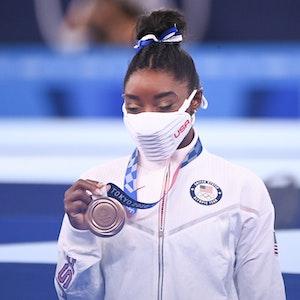 Simone Biles aus den USA mit Bronzemedaille nach der Siegerehrung.