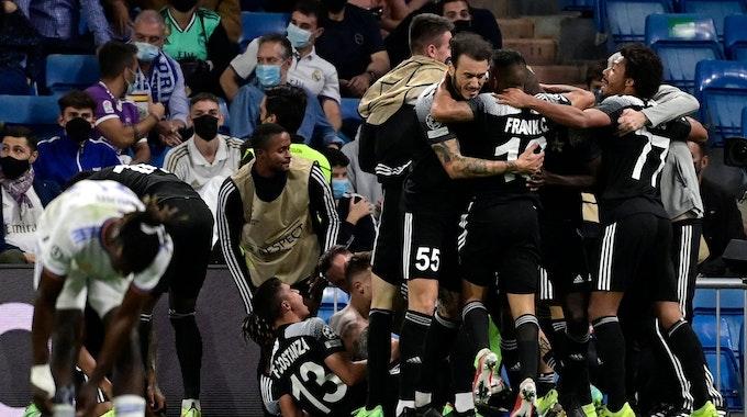 Die Spieler von Sheriff Tiraspol feiern das 2:1 gegen Real Madrid.