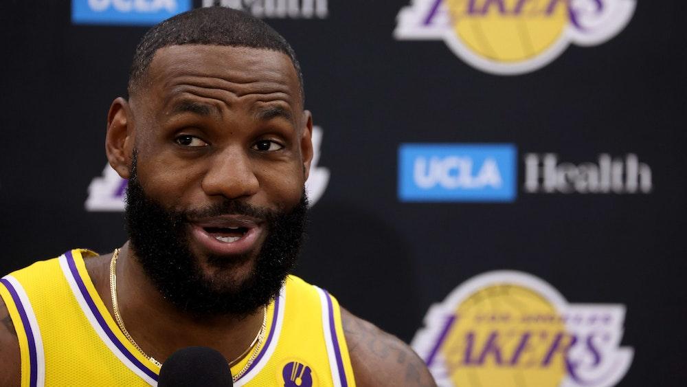 LeBron James von den Los Angeles Lakers beantwortet Fragen bei einem Interview.
