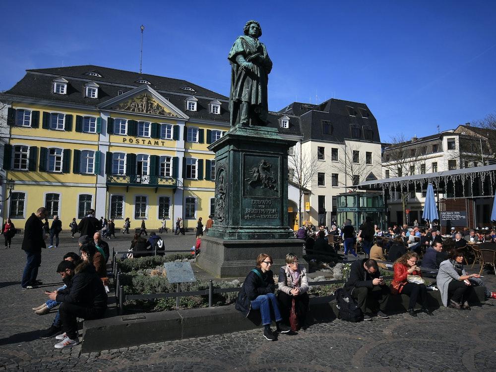 Am Bonner Münsterplatz (hier ein Archivfoto von 2017) wurde ein herrenloser Koffer mit ungewöhnlichem Inhalt gefunden.