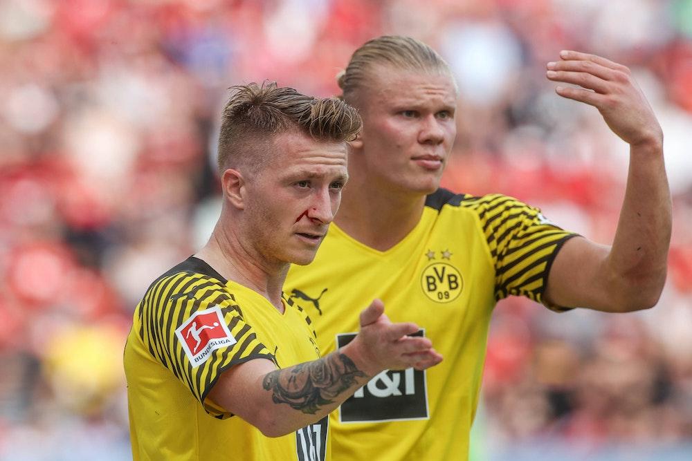 Marco Reus und Erling Haaland gestikulieren während eines BVB-Spiels.