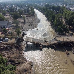 Völlig zerstört ist eine Brücke über die Ahr in Ahrweiler nach der Flutkatastrophe. (Luftaufnahme mit einer Drohne). Das Foto entstand am 18.07.2021.