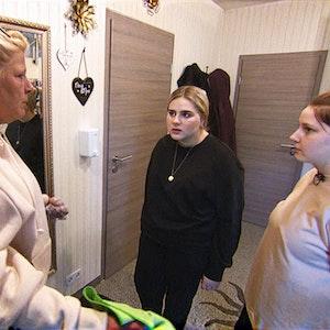 In letzter Zeit rasseln die 19-jährige Estefania und ihre drei Jahre jüngere Schwester Loredana (re.) ständig aneinander. Dieser Megazoff nervt die restliche Familie massiv - allen voran Silvia.