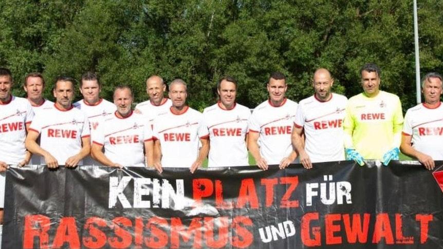 Die Traditionself des 1. FC Köln mit Stephan Engels (r.) und Torwart Pierre Esser gleich daneben.