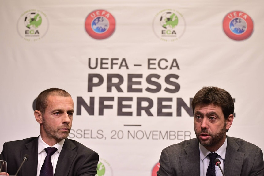 Aleksander Ceferin und Andrea Agnelli sitzen nebeneinander.