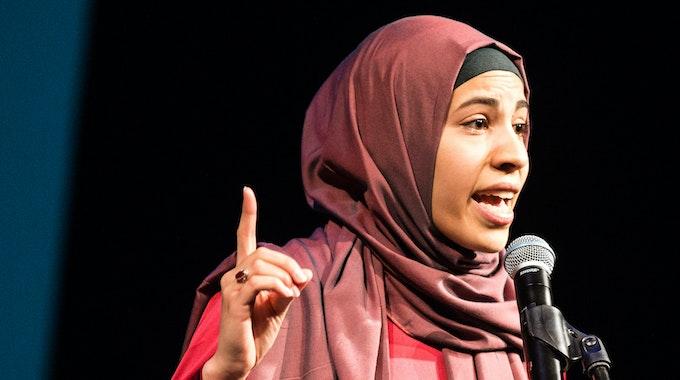 Nemi El-Hassan tritt am 18. April 2015 in Braunschweig (Niedersachsen) im Kleinen Haus des Staatstheaters beim muslimischen Poetry Slam auf.