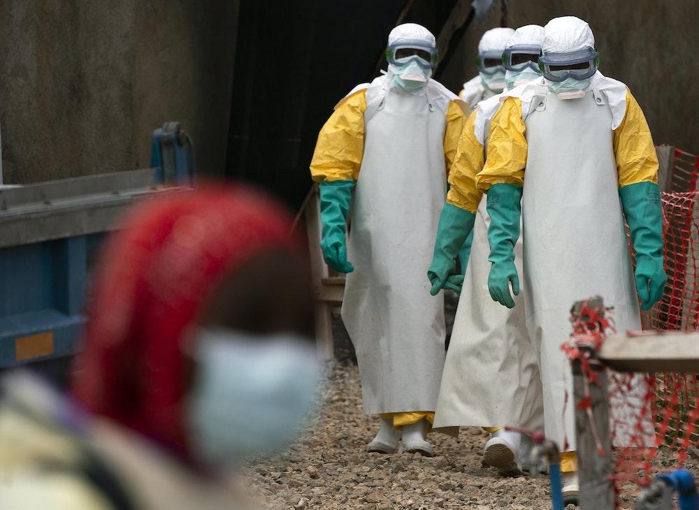 In diesem Foto vom 16.07.2019 betreten Gesundheitsfachkräfte in Schutzkleidung ein Ebola-Behandlungszentrum.