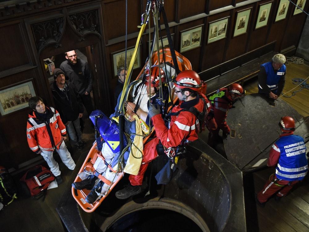 Höhenretter der Feuerwehr und angehende Notfallassistenten zeigen am 19.04.2014 in Ulm (Baden-Württemberg) in der 70 Meter hohen Turmhalle des Ulmer Münsters eine Höhenrettung.