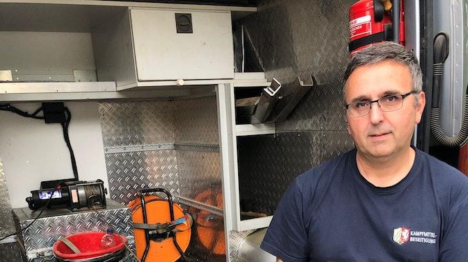 Mitarbeiter Michael Daenecke vom Kampfmittelbeseitigungsdienst sitzt neben einer entschärften Bombe.