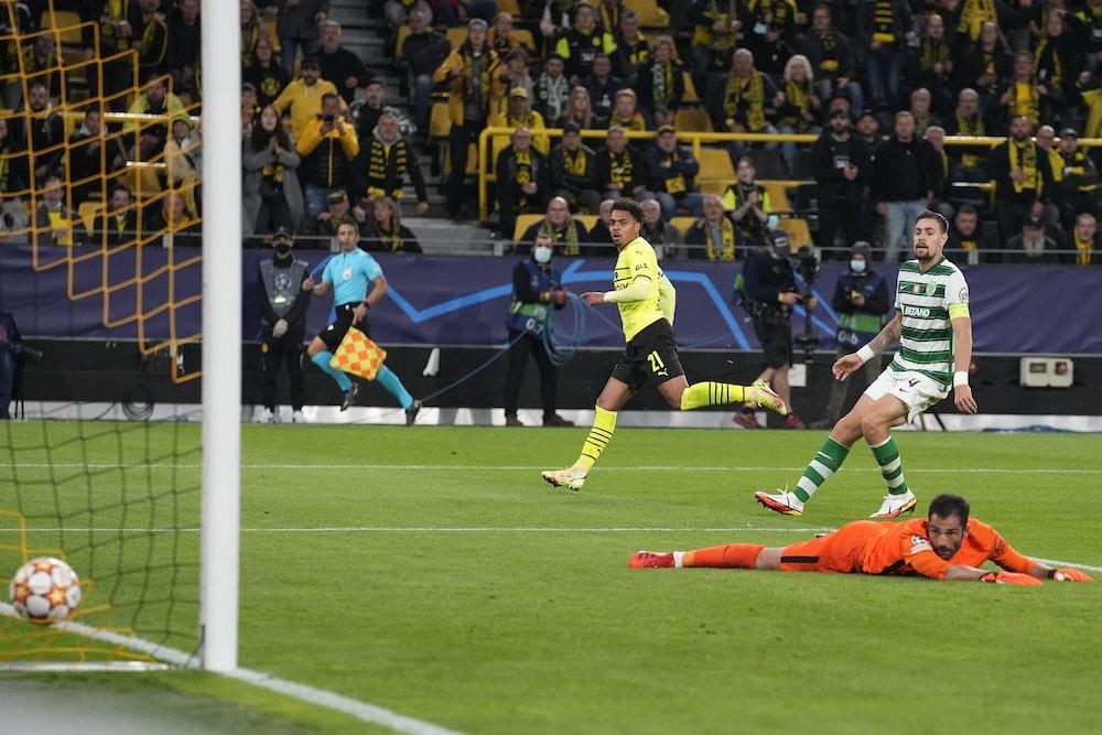 Donyell Malen (BVB) trifft in der Champions League gegen Sporting Lissabon.