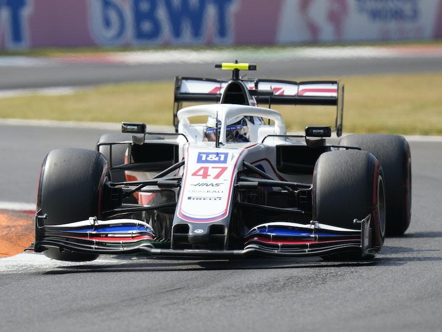Mick Schumacher vom Team Haas steuert sein Auto auf der Rennstrecke.