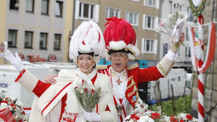 Kölns OB Henriette Reker mit Heinz-Günther Hunold auf dem Wagen der Roten Funken.