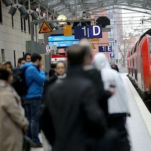 Ein Regionalexpress fährt in den Hauptbahnhof Köln ein.