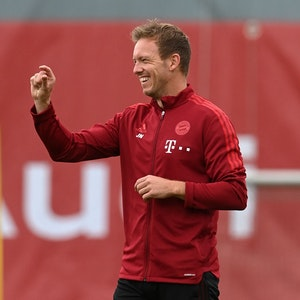Bayern Münchens Trainer Julian Nagelsmann scherzt mit seinen Spielern.