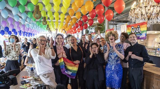 """Befürworterinnen und Befürworter der """"Ehe für alle"""" feiern am 26. September 2021 in einem Lokal in Bern das Ergebnis des Schweizer Volksentscheids."""
