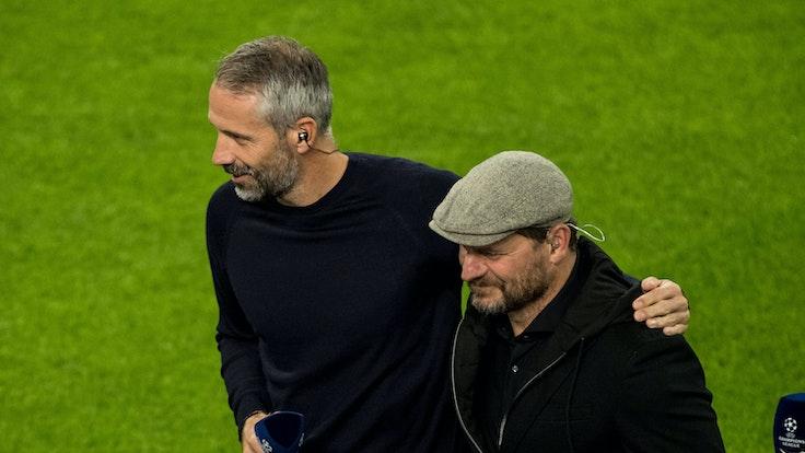 Marco Rose von Borussia Dortmund legt den Arm um Steffen Baumgart.