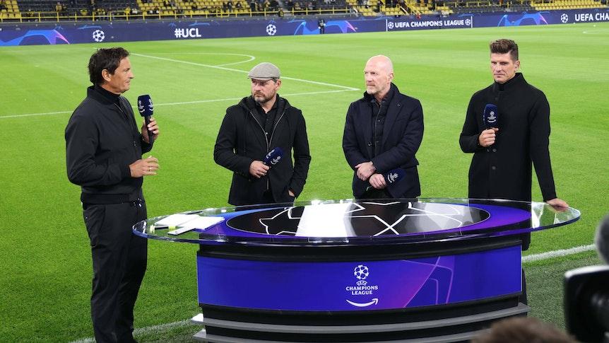 Sebastian Hellmann diskutiert mit Steffen Baumgart, Matthias Sammer und Mario Gomez vor dem Spiel in Dortmund.
