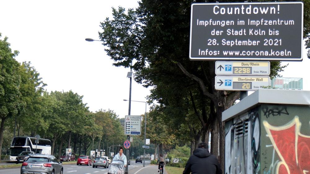Auf ihrer Infotafel ruft die Stadt ihre Bürger zur Corona-Schutzimpfung auf.