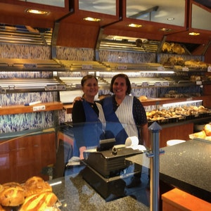 Mitarbeiterinnen der Bäckerei Hütten in der Kölner Südstadt kurz vorm Umzug