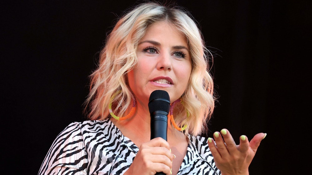 Sängerin Beatrice Egli auf einem Foto vom 8. August 2020 bei einem Picknickdeckenkonzert in Erfurt.