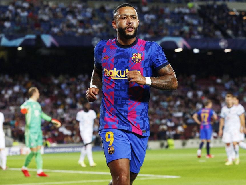 Memphis Depay vom FC Barcelona läuft zur Eckfahne.