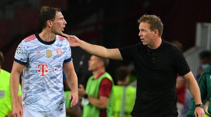 Bayern Münchens Julian Nagelsmann gibt Leon Goretzka Anweisungen.