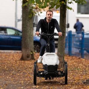 Der Kölner Handwerker Joscha Eggert (takeAseat) fährt mit seinem Lastenrad durch die Stadt.