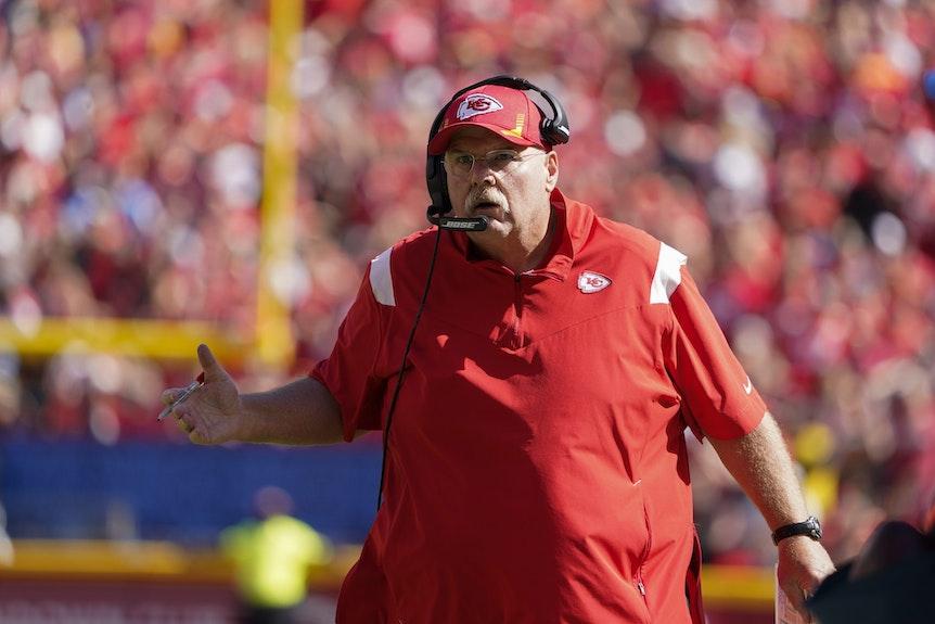 Kansas City Chiefs-Trainer Andy Reid gibt seiner Mannschaft Anweisungen.