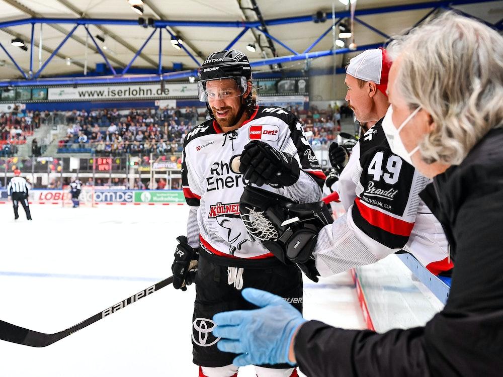 Torjubel von Andreas Thuresson (Kölner Haie) und Justin Pogge beim Sieg bei den Iserlohn Roosters