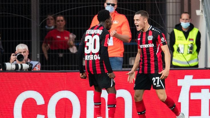 Leverkusens Jeremie Frimpong und Torschütze Florian Wirtz jubeln nach dem Treffer zur 1:0-Führung