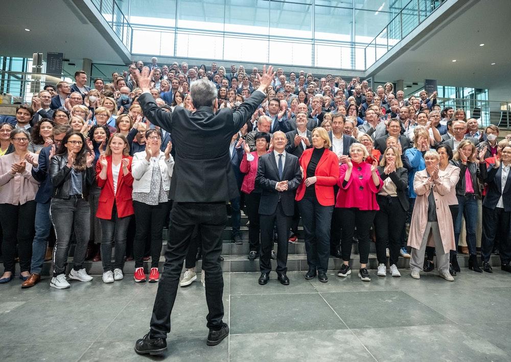 Die SPD Fraktion applaudiert dem wiedergewählten Fraktionschef Rolf Mützenich (vorne) bei einem Gruppenbild nach der Sitzung der SPD-Fraktion im Bundestag.