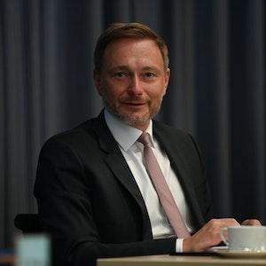 FDP-Chef Christian Lindner sitzt am Tag nach der Bundestagswahl in der Sitzung des FDP-Präsidiums im Hans-Dietrich-Genscher-Haus. Der Politiker postete ein verdächtiges Selfie auf Instagram: Grüne und FDP haben Gespräche über eine gemeinsame Regierung begonnen.