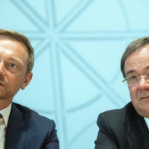 Die Parteivorsitzenden Armin Laschet (r, CDU) und Christian Lindner (FDP) beantworten am 16.06.2017 in Düsseldorf (Nordrhein-Westfalen) die Fragen von Journalisten. Knapp fünf Wochen nach der Landtagswahl in Nordrhein-Westfalen stellten CDU und FDP ihren Koalitionsvertrag vor.