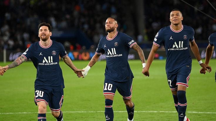 Lionel Messi, Neymar und Kylian Mbappe jubeln vor den Fans