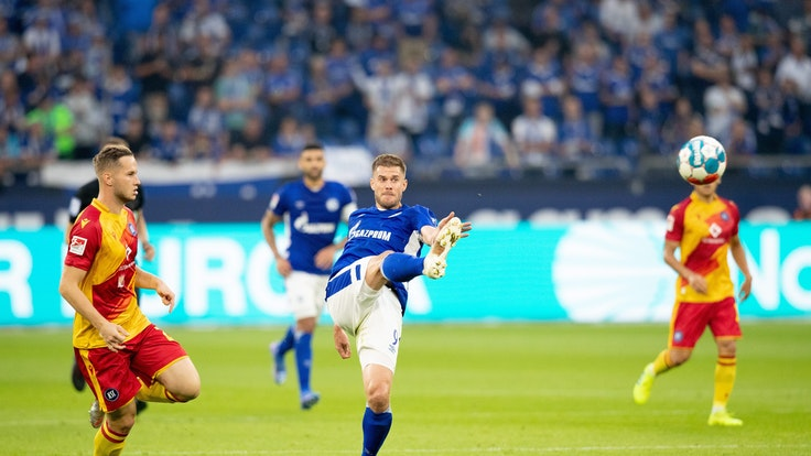Simon Terodde (FC Schalke 04) in Aktion.