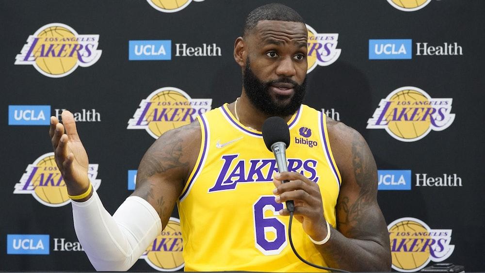 LeBron James erklärt bei einer Pressekonferenz, dass er sich impfen ließ.