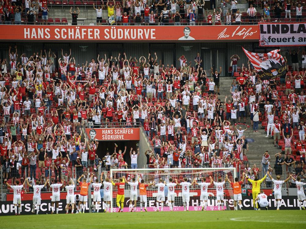 Schlussjubel des 1. FC Köln vor den Fans der Südkurve.
