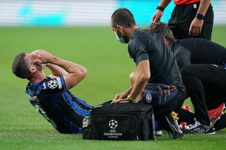 Robin Gosens hält sich nach seiner Verletzung im Spiel von Atalanta Bergamo in der Champions League gegen Young Boys Bern am 29. September die Hände vors Gesicht.