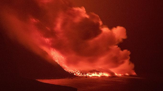 Lava aus dem Vulkan auf der Kanarischen Insel La Palma erreicht das Meer. Eine gute Woche nach dem Vulkanausbruch auf der spanischen Kanareninsel La Palma ergießen sich die um die 1000 Grad heißen Lavaströme nun in das Meer.