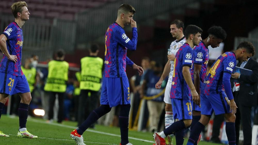 Die Barça-Stars um Gerard Piqué (2.v.l.) verlassen nach dem 0:3 in der Champions League gegen den FC Bayern am 14. September ernüchtert den Rasen.