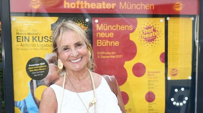 """Die Schauspielerin Diana Körner blickt am 8. September 2021 vor der Preview des Theaterstücks """"Ein Kuss - Antonio Ligabue"""" im Hoftheater München in die Kamera.."""