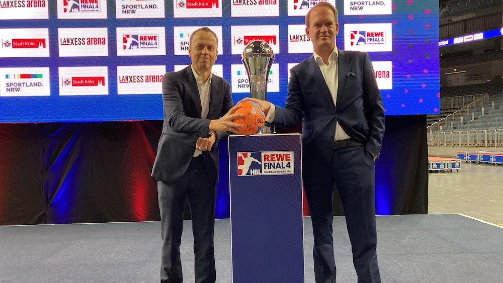 HBL-Chef Frank Bohmann und Arena-Boss Stefan Löcher in der Lanxess-Arena.