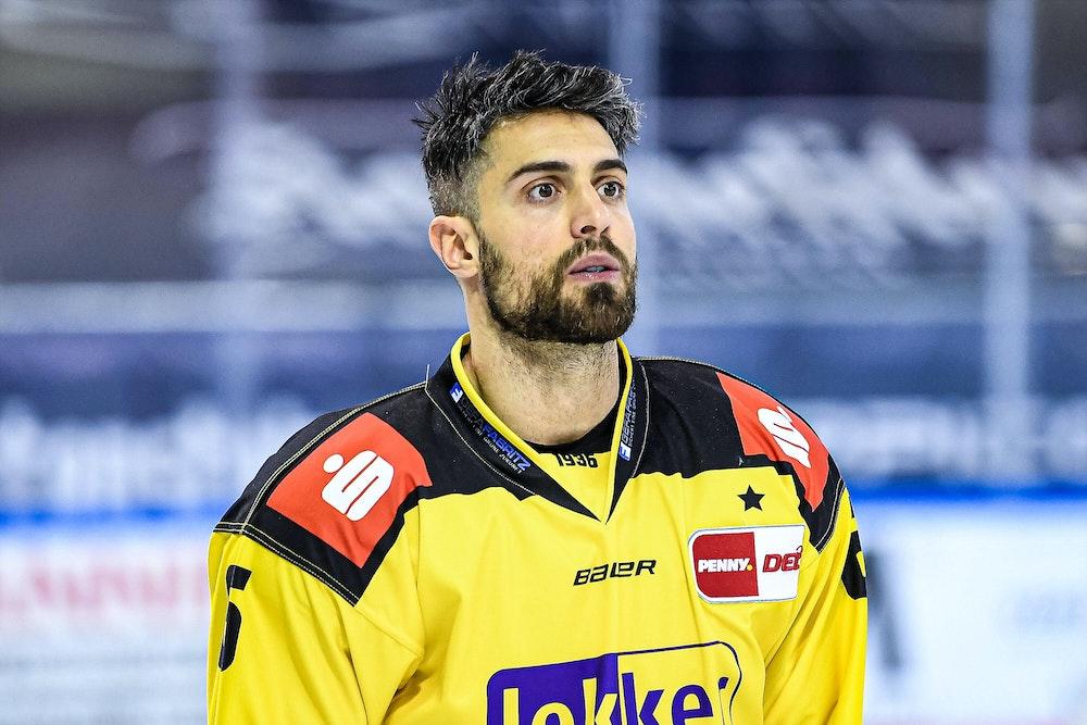 Lucas Lessio guckt bei einem DEL-Spiel der Krefeld Pinguine ins Leere.