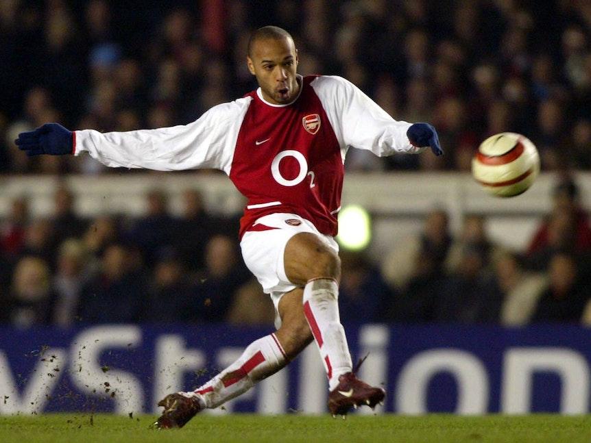 Thierry Henry von Arsenal schießt den Ball.