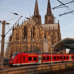 Ein Regionalzug fährt aus dem Hauptbahnhof.